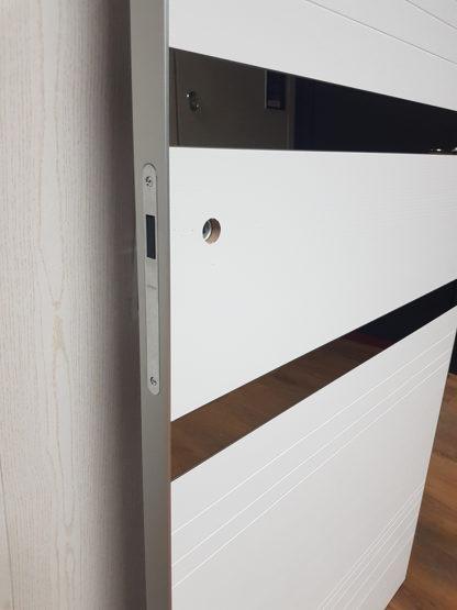 Межкомнатная дверь Александровские двери Alum 13 Вельвет белый горизонт с зеркалом
